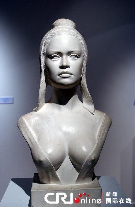 法一市长因女性雕像胸部大将其移出市政厅