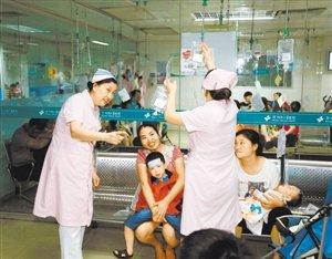 儿童医院护士为小患者输液.资料图片-医务人员成了上访者