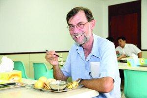 意大利籍员工尝试用筷子吃饭