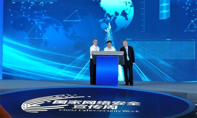 北京大学光华管理学院教授武常岐(右一),中国电子科技网络信息安全