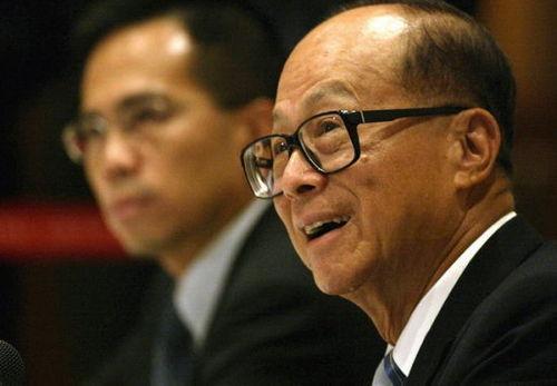 李嘉诚向香港数千名考生派钱 每人5000港元