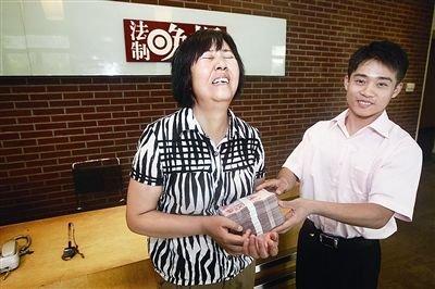 最美妈妈获陈光标捐助 张尚武新身份送交捐款