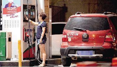 市民正在加油。郑州晚报记者 马健 图