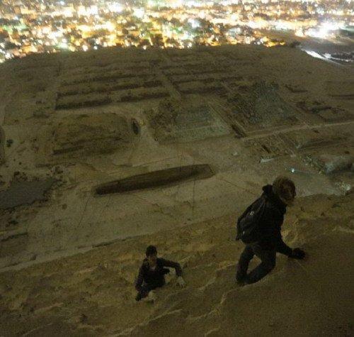 俄罗斯游客偷爬胡夫金字塔 独特视角拍美景