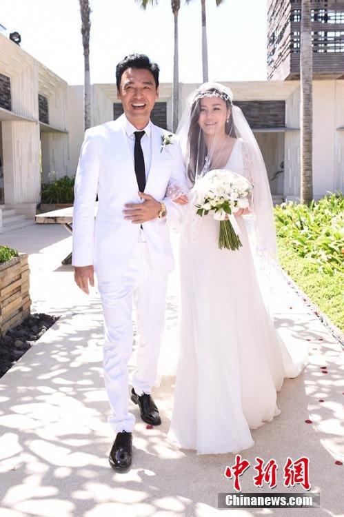 钟镇涛昨日跟女友范姜素贞在印反巴厘岛的alila villas uluwatu酒店内