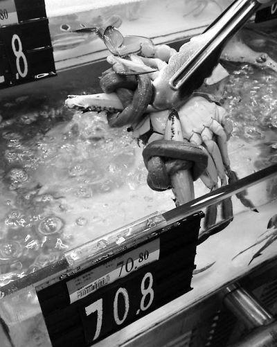 沃尔玛大利嘉店卖的梭子蟹绑有手指粗的绳子