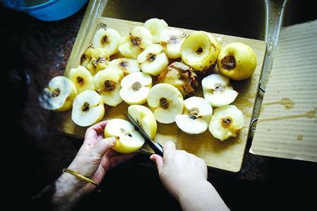 □顾女士网购的皇冠梨被切开后,很多梨的芯都是烂的。/晨报记者 肖允