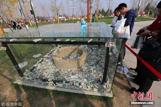 汉代文物被当许愿池 游客祈福狂扔钱