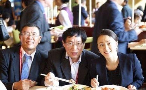 中午刘晓光、任志强、李亦非 (从左到右)挤在一起吃饭,潘总没抢到位置。(资料图片)