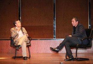 陈宏(左)与上海龙美术馆创办人、著名收藏家刘益谦(右)探讨艺术品投资心得