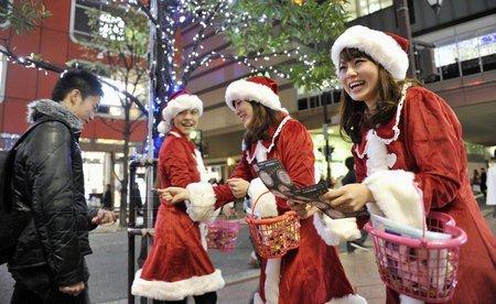 美女圣诞老人亮相日本福冈天神商业区图