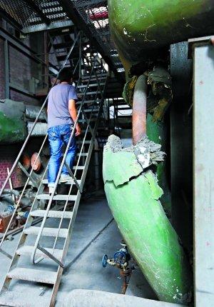 这台1993年6月由北京锅炉厂生产的老式燃煤锅炉,炉身上已锈迹
