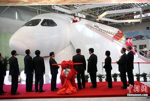 11月15日下午,中国C919大型客机展示样机在珠海航展揭幕,这是中国C919大型客机1:1展示样机首次亮相。 中新社记者 孙自法 摄