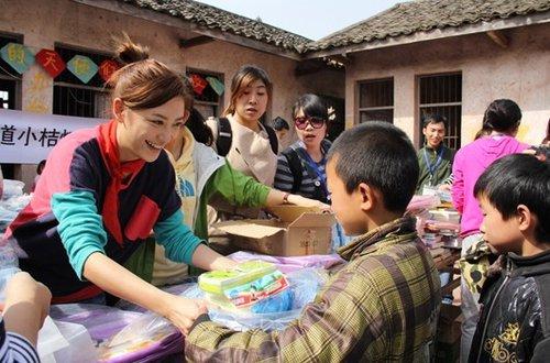 百度小桔灯远赴四川雷锋小学携手应采儿捐赠小学江宁中心图片
