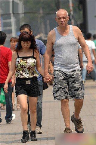 不是美国男人看不到自己身旁女人脸上的皱纹和斑点