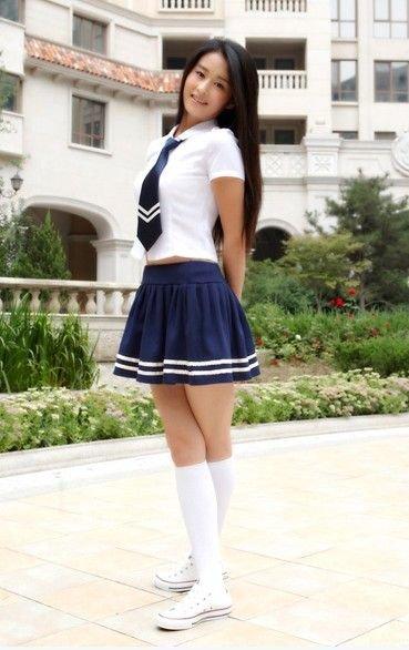 韩彩英加了白边的改良校服多了一点时尚与休闲