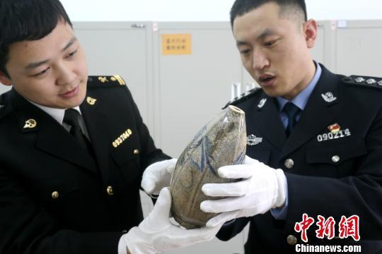 大连海关查获一起外籍旅客携带文物出境案