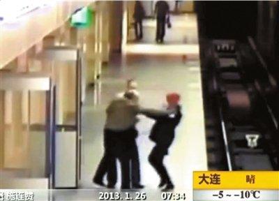两男子地铁打架女子被推下站台