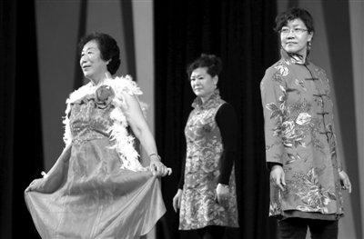 """前日,首届""""得伴杯""""中老年模特主题服装秀在中央音乐学院举行."""