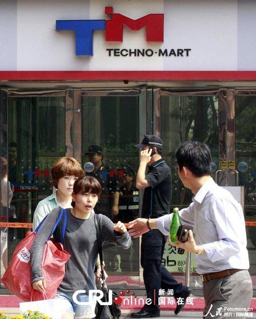 韩国首都一购物中心摇晃10分钟 数百人撤离(高