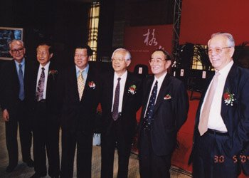 2004-5-30,2004年度中国人文社会科学论坛,与龙永图、吴敬琏、厉以宁、王传纶等在一起05主席台前