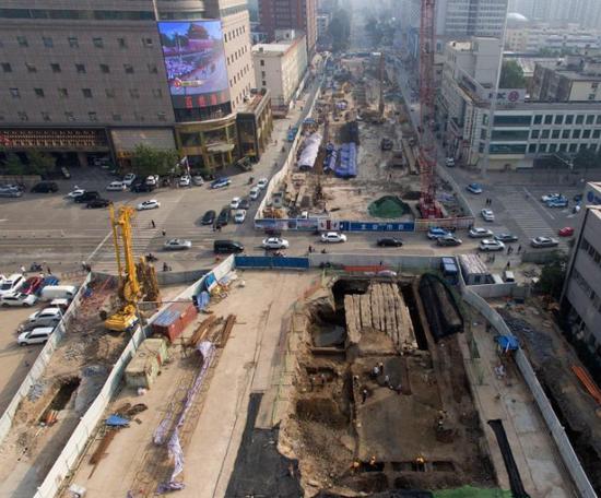 太原地铁施工挖出明代古桥 数百年车辙清晰可见