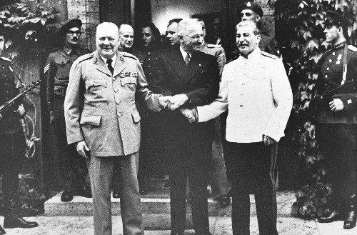 这是苏,美,英三国首脑斯大林(前右),杜鲁门(中),丘吉尔出席波茨坦图片