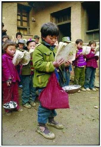 每天背着开口的书包上学;舟曲藏族