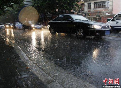 上海暴雨牌照_高温上海迎暴雨 久违\