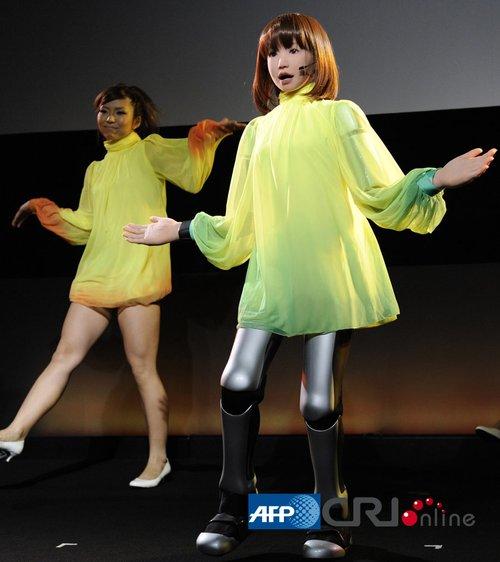 日本研制美女机器人 能像真人一样唱歌跳舞 财