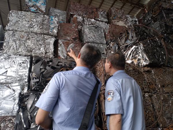 钢铁废碎料是钢铁生产过程中不成为产品的下脚料以及报废的设备、构件中的钢铁材料,是钢铁循环利用的优质再生资源,是唯一可替代铁矿石用于钢铁产品制造的原料。对钢铁废碎料的充分利用,不仅是突破资源瓶颈制约、建设资源节约型和环境友好型社会的必然要求,更是降低碳排放、缓解对铁矿石依赖的重要途径,为此我国对其出口征收40%的关税加以限制。