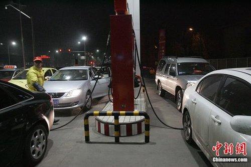 发改委:9日零时起汽柴油价均下调300元/吨