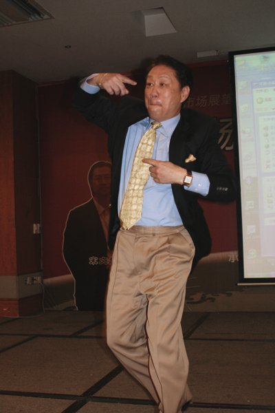 图:胡立阳在A股和股指期货投资论坛上跳舞