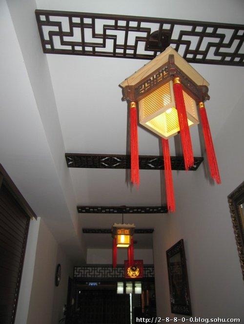 过道,运用中式传统的木格和灯笼来缩短过道给人的距离感.图片