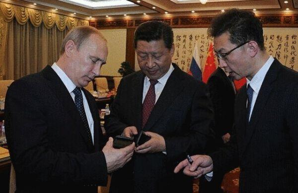 普京赠习近平俄产智能手机 屏保为中俄APEC主题