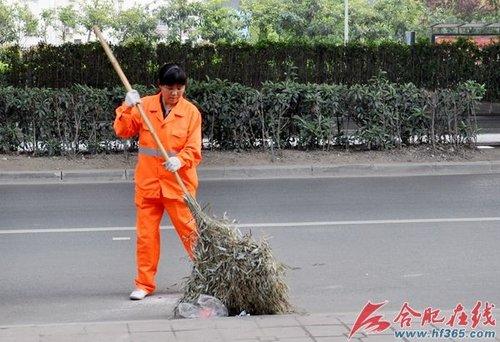 一线环卫工:高温下的清扫保洁