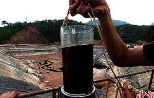 工作人员从紫金山铜矿湿法厂污水池中抽取含铜酸水样本