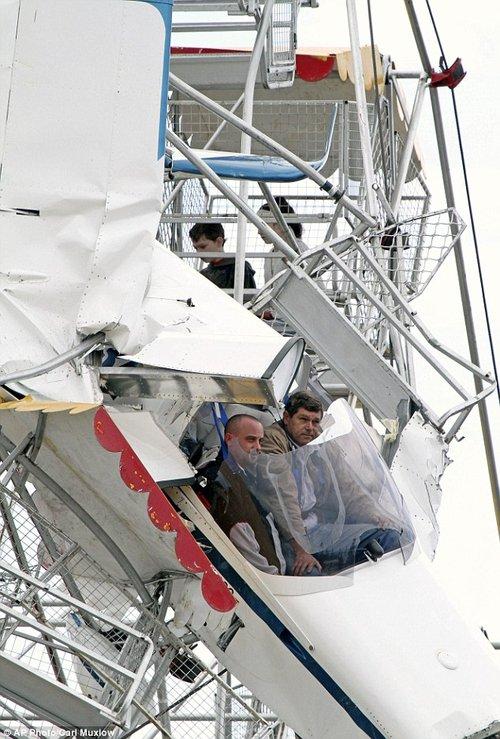 澳大利亚小少年撞上摩天轮两表情险些图片丧qq打游客包飞机出来搞笑会图片