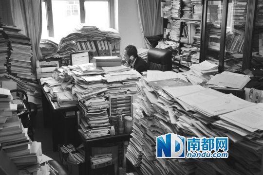 财政部财政科学研究所原所长贾康坐在堆满书籍的办公室里工作,就房地产税等热点问题接受南都专访。 受访者供图