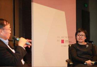 中国嘉德董事总裁兼CEO胡妍妍女士(右)对话国家经济信息中心首席经济师范剑平