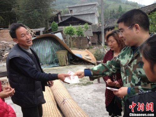 组图:陈光标在地震灾区向灾民发放现金
