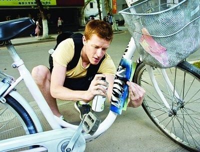 老外校园摆地摊给自行车喷漆