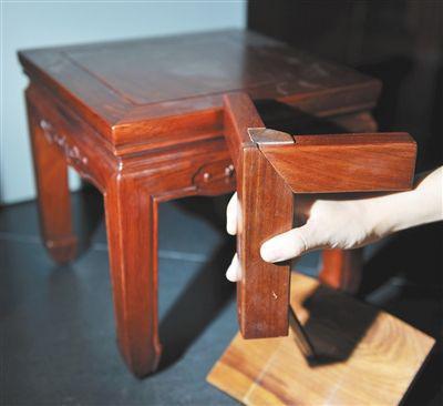 榫卯结构是中国古典家具的精华.记者王远征/摄