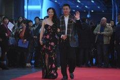 张醒生与刘萌共同走过红毯