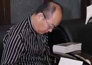 """刘东华社长为""""幸运之星""""的奖品《财富的灵魂》签名"""