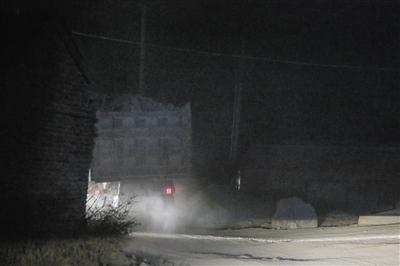 2015年12月27日,一辆从十百户后山盗采点下来的运石车开进了山下的石料厂。