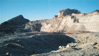 2015年12月30日,三河市段甲岭镇段蒋路旁的矿坑。