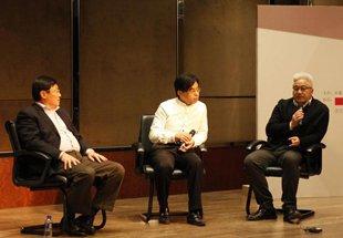 收藏家刘钢(左)、皇家驿栈董事长刘少军(中)、著名艺术家徐累(右)探讨艺术品收藏趋势