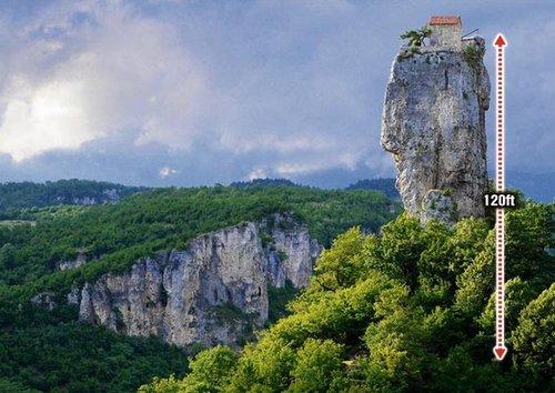 格鲁吉亚一位名叫马克西姆的僧侣将自己的家建在一块36米高的岩石顶部 - 海阔山遥 - .