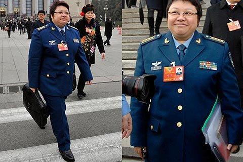 2012年,韩红拎Bottega Veneta男款皮革梭织公文包出席两会;今年两会,韩红拿着塑料文件袋。